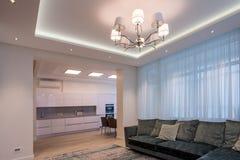 室米黄沙发和枝形吊灯 免版税图库摄影