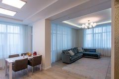 室米黄沙发和枝形吊灯 库存图片