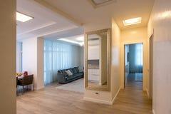 室米黄沙发和枝形吊灯 免版税库存图片