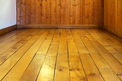 室老被涂清漆的木地板和墙壁  免版税图库摄影