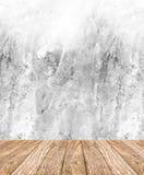 室透视-白色粗砺的水泥墙壁和木地板, cle 免版税库存照片