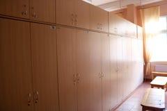 室,工作者的更衣室有改变的各自的衣物柜的在一套工厂设备穿衣 图库摄影