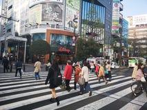宫城,日本4月16日2018年:打鸣的走在Jozenji-dori Ave 免版税库存图片