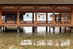 宫岛,日本- 2017年9月14日:与torii门和观看的游人的itsukushima寺庙 库存图片