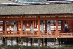宫岛,日本- 2017年9月14日:有传统衣物的修士在itsukushima寺庙 图库摄影