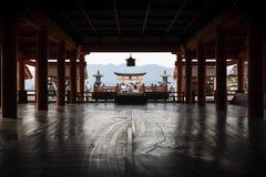 宫岛,日本- 2017年9月14日:itsukushima寺庙内在大厅有在torii的看法 图库摄影