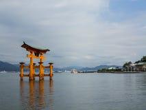 宫岛Torii门在严岛神社的水中 免版税库存照片