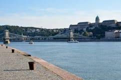宫殿、桥梁和多瑙河在布达佩斯 免版税库存照片