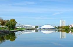 宫殿体育和Svisloch河堤防的,米斯克,白俄罗斯滑冰场美丽的景色  免版税图库摄影