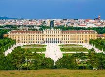 宫殿和城市 图库摄影