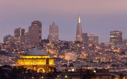 宫殿和旧金山地平线 免版税图库摄影