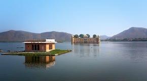水宫殿在人Sagar湖 斋浦尔,拉贾斯坦,印度 18世纪 免版税库存图片