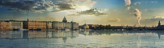 宫殿堤防和桥梁的全景在圣彼得 库存图片