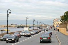 宫殿堤防在彼得斯堡,俄国 免版税库存照片