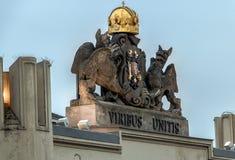 宫殿屋顶的装饰盾在布拉格 免版税图库摄影