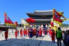宫殿护卫发生在景福宫宫殿的检查仪式 库存照片