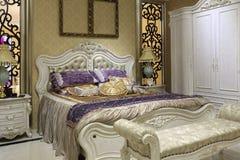 宫殿样式卧室,白色衣橱 免版税库存照片
