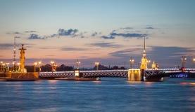 宫殿桥梁、彼得和保罗大教堂在晚上 彼得斯堡圣徒 免版税库存照片