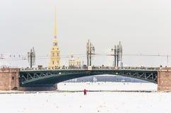宫殿桥梁吊桥和彼得和保罗堡垒俄罗斯,圣彼得堡视图  免版税库存照片
