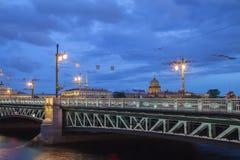 宫殿桥梁和圣徒以撒的大教堂在晚上,圣Petersbu 免版税库存照片