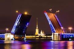 宫殿桥梁和彼得和保罗堡垒在涅瓦河的晚上在圣彼德堡 库存图片