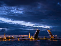 宫殿桥梁和彼得和保罗堡垒,涅瓦河,圣彼德堡,俄罗斯看法  库存图片