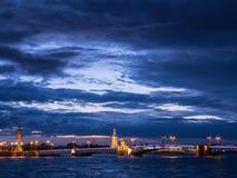 宫殿桥梁和彼得和保罗堡垒,涅瓦河,圣彼德堡,俄罗斯看法  免版税库存照片