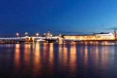 宫殿桥梁在圣彼得堡,俄罗斯在晚上 照明和光,深蓝天空 库存照片