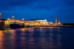 宫殿桥梁在圣彼得堡,俄罗斯在晚上 免版税库存图片