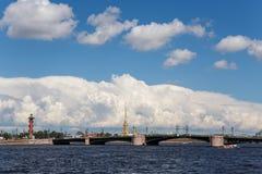宫殿桥梁在圣彼德堡,积云背景的  库存图片