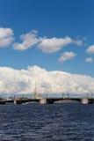 宫殿桥梁在圣彼德堡,积云背景的  免版税库存图片