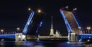 宫殿桥梁在圣彼德堡 彼得和保罗堡垒的夜视图 库存图片