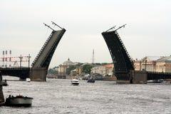 宫殿桥梁在圣彼德堡 免版税库存照片