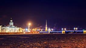 宫殿桥梁在晚上在圣彼德堡 库存图片