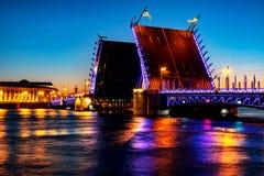 宫殿桥梁的开头在河内娃的在圣彼德堡,俄罗斯在晚上 库存图片