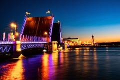 宫殿桥梁的开头在河内娃的在圣彼德堡,俄罗斯在晚上 免版税图库摄影
