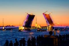 宫殿桥梁的开头在河内娃的在圣彼德堡,俄罗斯 库存图片
