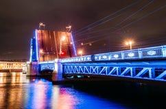 宫殿桥梁的门在晚上在圣彼德堡 免版税库存图片