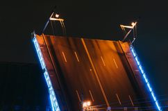 宫殿桥梁的门在晚上在圣彼德堡 库存照片