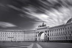 宫殿正方形和总参谋部大厦在圣彼德堡,俄罗斯黑白照片 免版税库存图片