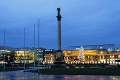 宫殿正方形在1月晚上 斯图加特,巴登-符腾堡州,德国 免版税库存图片