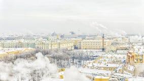 宫殿正方形的偏僻寺院在圣彼德堡 冬天全景vi 免版税库存照片