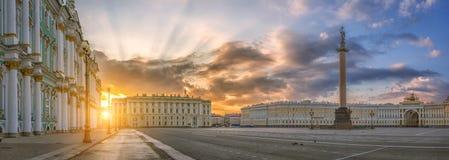 宫殿正方形的全景与冬宫, Alexan的 免版税库存照片