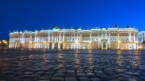 宫殿正方形的埃尔米塔日博物馆冬宫在晚上,圣彼得堡,俄罗斯 免版税库存图片