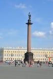 宫殿正方形,亚历山大专栏在一个明亮的晴天 圣伯多禄 免版税库存图片