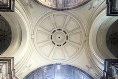 宫殿的白色圆顶在布达佩斯的心脏从insid的 库存图片