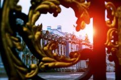 宫殿通过金门在Tsarskoe Selo,普希金,俄罗斯 太阳光光晕 定调子 免版税库存照片
