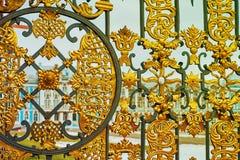 宫殿通过金门在Tsarskoe Selo,普希金,俄罗斯 定调子 免版税库存照片