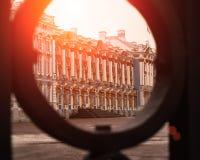 宫殿通过门在Tsarskoe Selo,普希金,俄罗斯 太阳光光晕 定调子 免版税库存图片