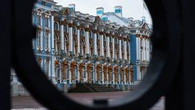 宫殿通过门在Tsarskoe Selo,普希金,俄罗斯 免版税图库摄影